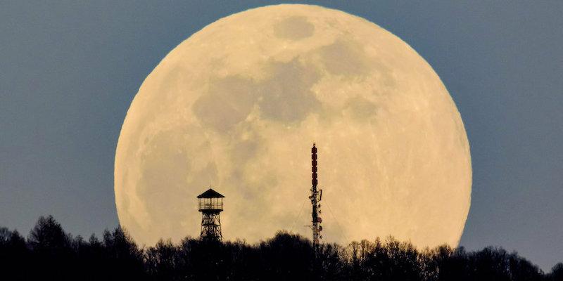 Occhi puntati al cielo arriva la Superluna rosa